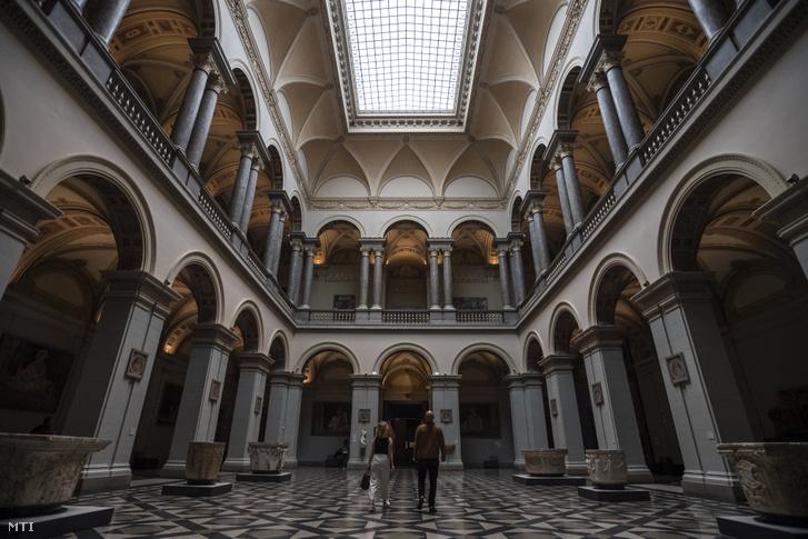 Látogatók a Szépmûvészeti Múzeumban az újranyitás után 2020. június 20-án.