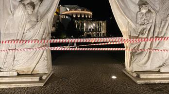 Kiálltak az SZFE mellett, piros-fehér szalagot kötöttek a Vidnyánszky-féle Nemzeti Színházra