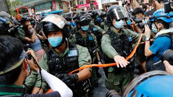 Tüntettek Hongkongban az önkormányzati választás elhalasztása ellen, csaknem 300 résztvevőt őrizetbe vettek