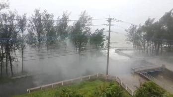 Nyolcmillió embert szólítottak fel otthona elhagyására Japánban a hatalmas tájfun miatt