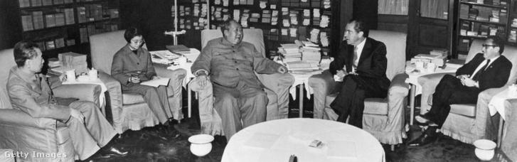 Csou En-Laj kínai miniszterelnök (b), Tang Ven-Sen tolmácsnő (b2), Mao Ce-Tung (b3) kínai elnök, Richard Nixon (j2) amerikai elnök és dr. Henry Kissinger (j), az amerikai elnök nemzetbiztonsági tanácsadója - a Nixon-Mao Ce-Tung találkozón.