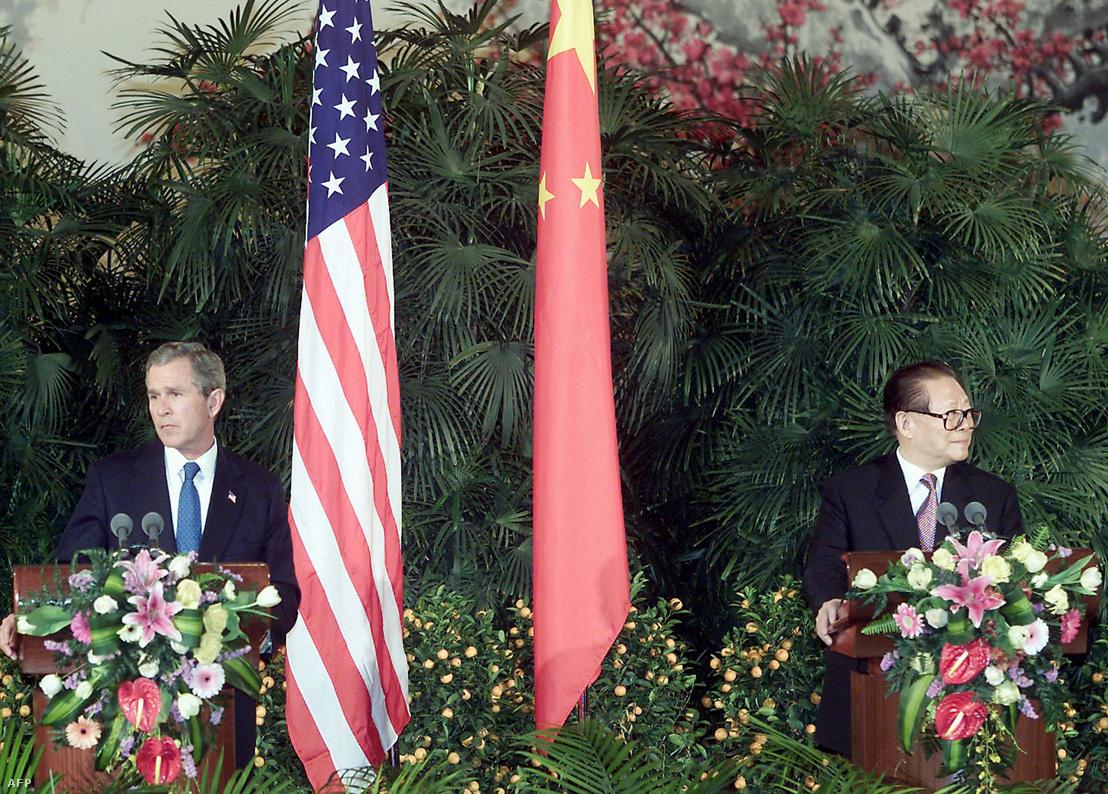 George W. Bush amerikai elnök (b) Csiang Cö-min kínai államfővel az Országos Népi Gyűlés (a parlament) épületében rendezett közös sajtótájékoztatójukon Pekingben 2002. február 21-én