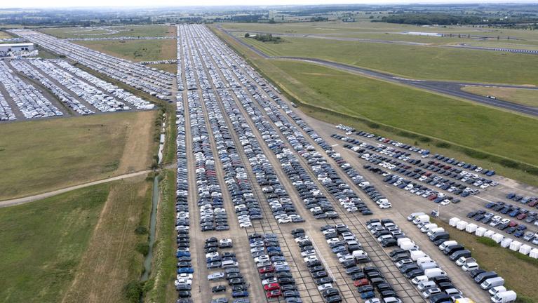 Bajban a brit autópiac