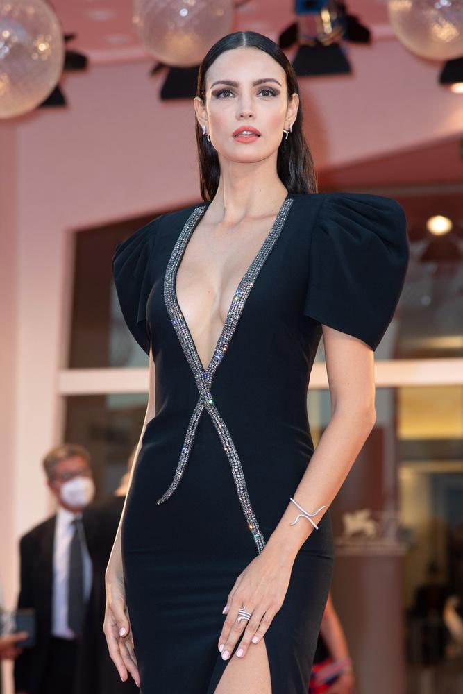 A brazil modell jól beleválasztott, ami a ruháját illeti, és ennek fényében felszegett állal pózolt a fotósoknak is.
