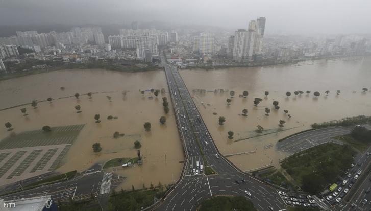 Heves esõzések által elöntött autóutak a dél-koreai Puszanban 2020. szeptember 7-én a pusztító erejû viharral közelítõ Haisen névre keresztelt tájfun megérkezését követõen.