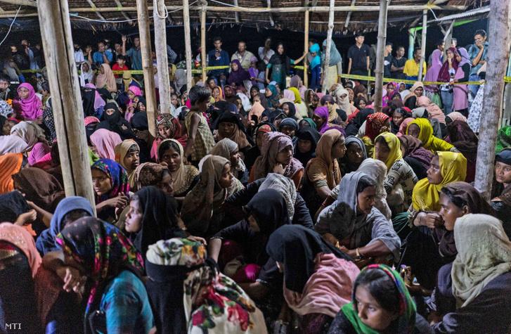 Rohingja nemzetiségű muzulmánok pihennek miután hajójukkal megérkeztek