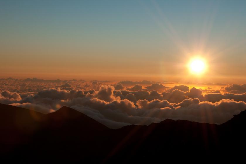 Elképesztően nagy élmény a kráter széléről nézni, ahogy a nap a felhők fölé emelkedik, mindezt néma csöndben lehet szemlélni.