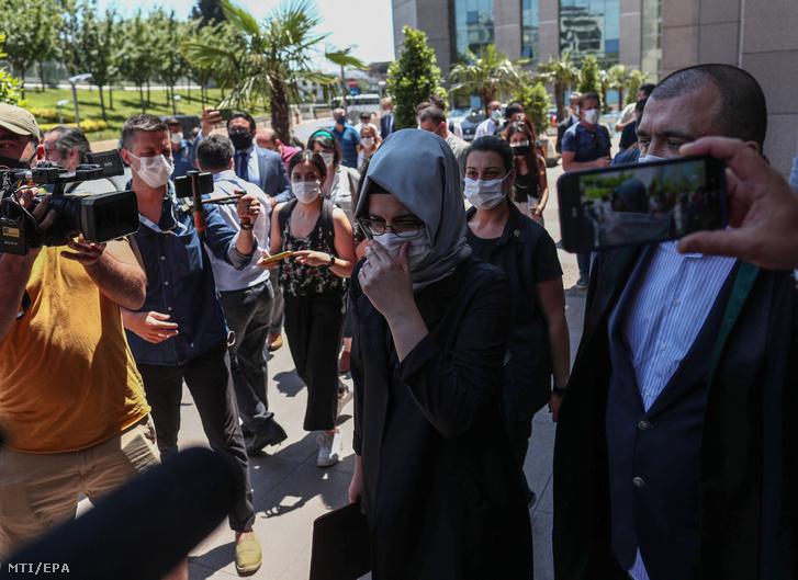 Hatice Cengiz, a meggyilkolt szaúdi ellenzéki újságíró, Dzsamál Hasogdzsi menyasszonya távozik egy isztambuli bíróságról 2020. július 3-án. Ezen a napon távollétükben megkezdődött 20 szaúdi gyanúsított tárgyalása Dzsamál Hasogdzsi 2018. őszi meggyilkolásának ügyében