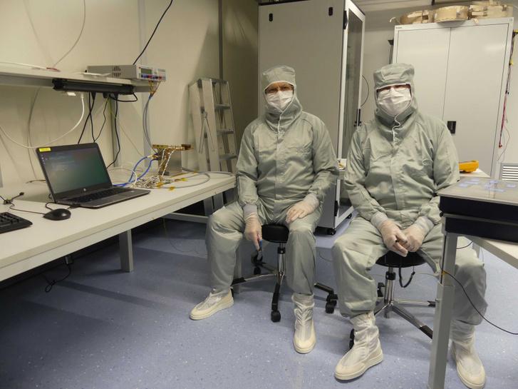 A képen Nagy János és Rynö Jouni (FMI, Helsinki) a nagy tisztaságú laborban dolgoznak.