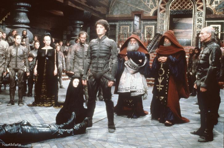 Jelenet David Lynch rendezésében készült 1984-es Dűne adaptációjából. A képen Kyle MacLachlan (középen) és Patrick Stewart (jobb szélen) látható, akik a főbb szerepeket játszották.