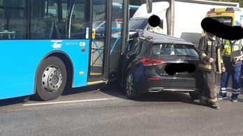Busz és autó ütközött, súlyos baleset a Soroksári úton