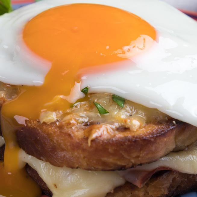 Így készül a franciák egyik kedvenc reggelije: sonka, tükörtojás és rengeteg sajt borítja