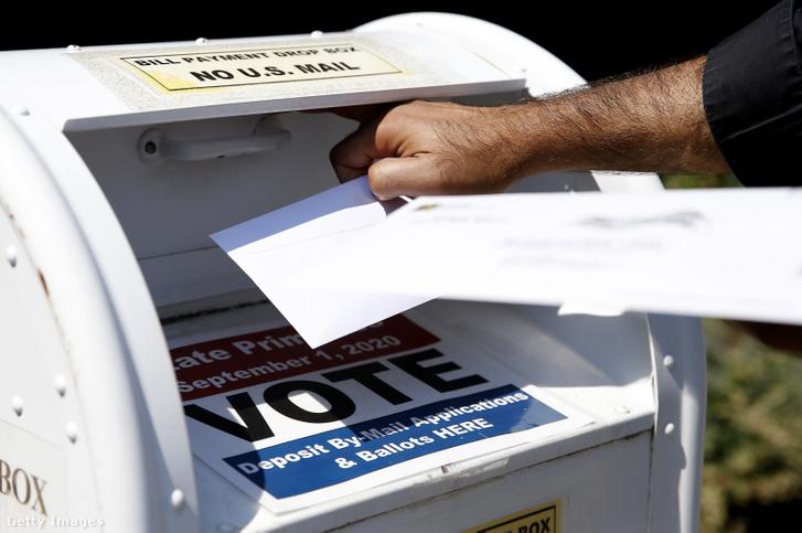 Választópolgár szavazólapot dob egy postaládába Newtonban 2020. augusztus 23-án