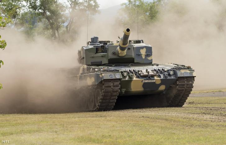 Az első négy Leopard 2A4HU típusú harckocsi egyike júliusban