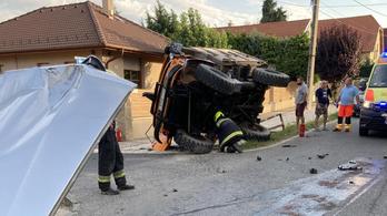 Teherautót borított fel egy személykocsi Pomázon