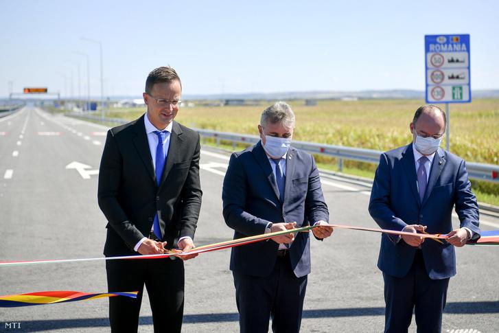 Szijjártó Péter külgazdasági és külügyminiszter, Lucian Nicolae Bode román közlekedésért, infrastruktúráért és kommunikációért felelős miniszter és Bogdan Lucian Aurescu román külügyminiszter (b-j) átadja az M4 autópálya Berettyóújfalu és Nagykereki közötti szakaszát, valamint a Nagykereki-Bors II. autópálya-határátkelőhelyet Nagykereki határában 2020. szeptember 4-én