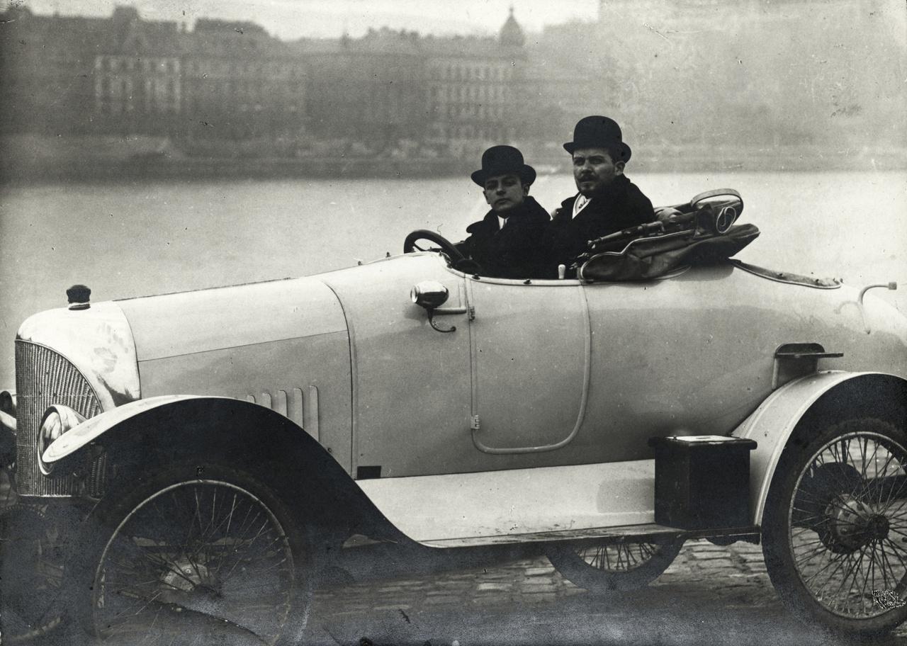 KÉP: Ford 18 / 24 HP special egyedi építésű sportkocsi. A volánnál Vértes (később Vértessy) Vilmos, mellette Baráth Leó László a gépkocsi építtetője és tulajdonosa, 1913.A kereskedelem az 1920-as évek második felében a főváros után a nagyobb vidéki városokra is kiterjedt, így például Győrben és Békéscsabán is megjelent. Sőt, ekkortájt már autóhitel-intézetek is létrejöttek: a vásárlóknak rendszerint a teljes vételár harmadát-negyedét kellett előre kifizetniük. 1926-ra már 5285 személyautó volt Magyarországon. 1928-ban pedig autó-szépségversenyt is tartottak a Margitszigeten, a Concours d'Elegance nemesi családokat és a kor hírességeit is vonzotta. Napjainkban már Balatonfüred ad otthont a Concours-nak.