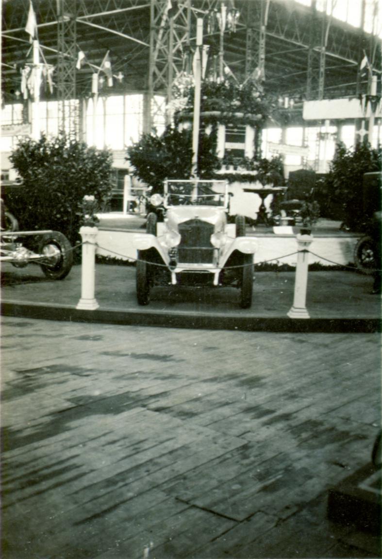 KÉP: Iparcsarnok, az első önálló magyar automobilkiállítás. 1925A lassú terjedésben persze annak is szerepe volt, hogy idehaza nem sokan foglalkoztak motorkocsik, automobilok kereskedelmével. Kezdetben kizárólag Budapesten volt lehetőség Benz-féle modellek kipróbálására, a magyar vásárlók inkább Bécsben költötték a pénzüket. Automobil-kiállítást először 1901-ben rendeztek a magyar fővárosban, ám az nem váltotta be a hozzá fűzött reményeket. Meglepően hangozhat, de a motoros két- és háromkerekűek tulajdonosai a század elején kerékpárversenyek betétfutamain mérték össze tudásukat.