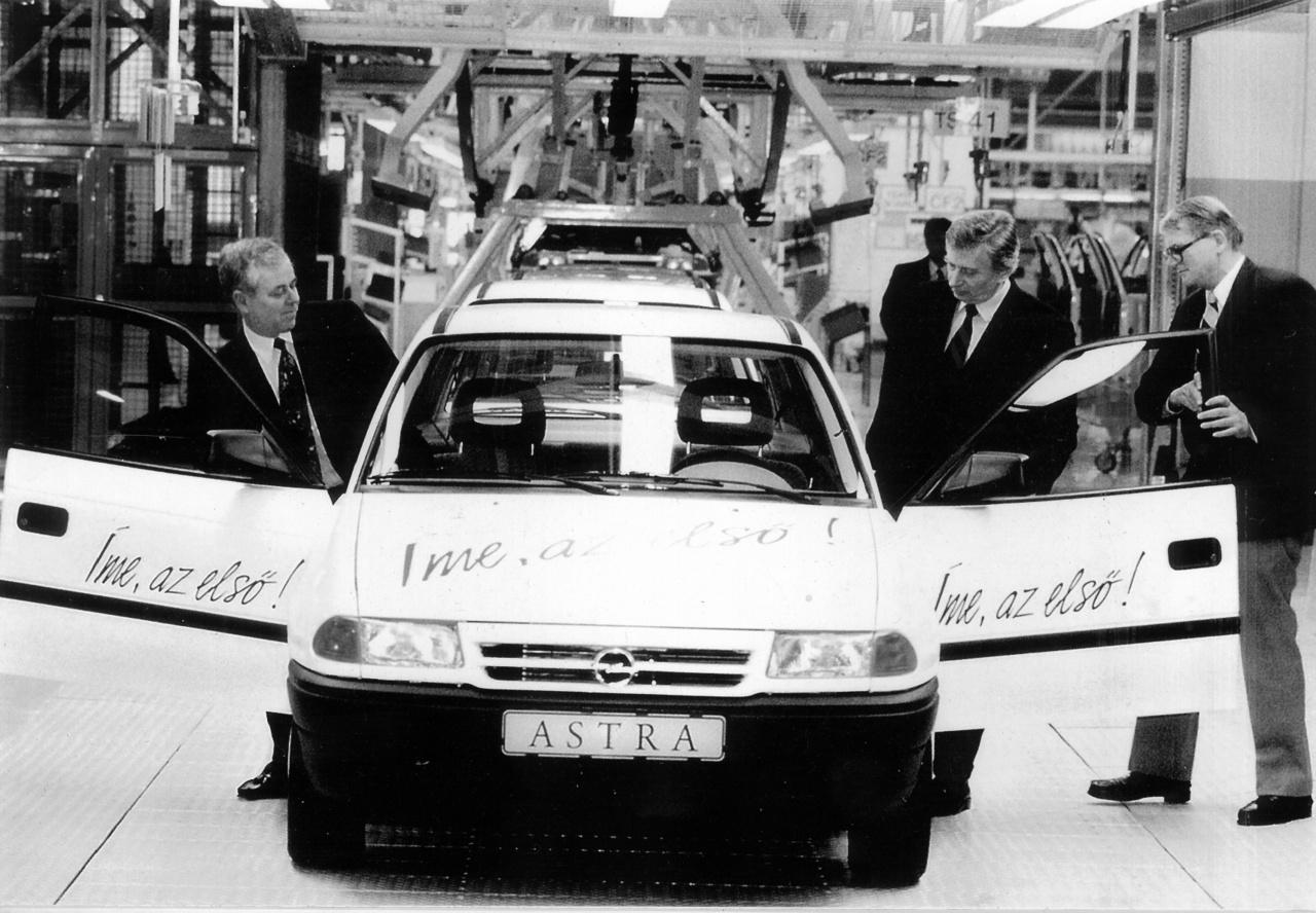 KÉP: Antall József és az első Astra.A rendszerváltás komoly változásokat hozott az autózás tekintetében is. Egyrészt sokkal szabadabban jöhettek be az országba a nyugati modellek, másrészt pedig több európai vagy éppen távol-keleti gyártó megtelepedett hazánkban. Úttörőként az Opelt említhetjük, akik Szentgotthárdon kezdték meg a termelést 1992-ben. Akkor gördült le a sorról az első Magyarországon gyártott modern kori autó, amely egy Astra F volt. A típus a kilencvenes években meghatározó része volt az utcaképnek, de tartósságának köszönhetően még ma is rengeteg fut belőle.