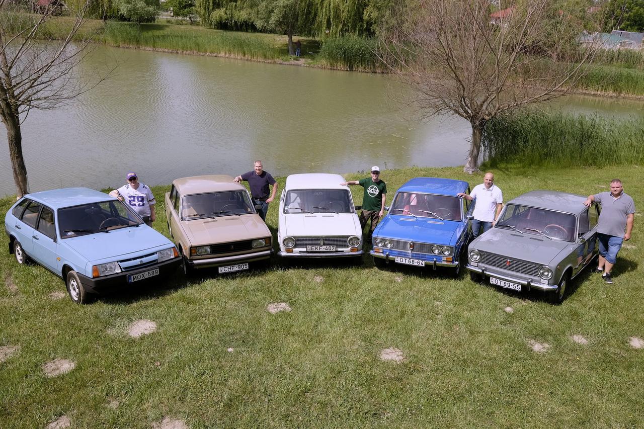 KÉP: 50 éves a Lada! A Merkur-korszak másik nagy kedvence a Lada volt, azonban az orosz márka autóiért jóval többet kellett fizetni, mint a Trabantokért, és bizony várni is többet kellett rájuk. Az évtizedek során így is nagyon sok érkezett Magyarországra, nem kevésbé lett kultikus, mint a Trabi. A raliversenyeken máig nagyobb rajongótáboruk van, mint gyakorlatilag bármi másnak. Érdekesség, hogy a Lada idén éppen ötvenéves, 1970 áprilisában indult meg első modelljük, a 124-es Fiat licencére épülő 2101-es. Vagy ahogy sokan ismerik, a Zsiguli. Követte a 2102-es kombi, majd az oroszok talán leggyönyörűbb autója, a 2103-as Ezeröcsi.