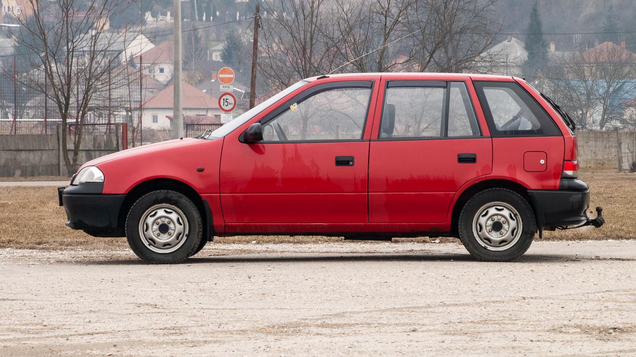 KÉP: Suzuki, avagy a mi autónk. Nem sokkal maradt le az Opel mögött a japán Suzuki sem. Ők is 1992-ben kezdték a munkát Esztergomban, 1994-ben az Audi követte őket Győrben. 2012 óta Mercedes-gyára is van hazánknak Kecskeméten, és beruház Debrecenben a BMW. De térjünk vissza a Suzukihoz! Első, hazánkban gyártott modelljük a Swift volt – ebből egyliteres és egyhármas is készült. Kedvező ára és megbízhatósága miatt kimondottan kedvelték a vevők, az olcsó fenntarthatóság pedig a használtpiacon is nagyon vonzóvá tette. Később persze újabb modellekre váltott az esztergomi üzem, az egymilliomodik autó 2006-ban készült el, de 2017-ben már a hárommilliót is elérték.