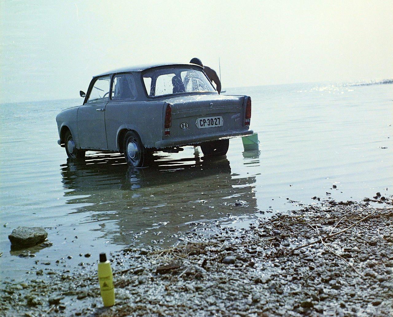 KÉP: A Balatonban fürdetik a Trabant 601 típusú személygépkocsit, 1971.Ekkoriban főként Trabantra, Wartburgra, Moszkvicsra volt kilátásuk az autóra vágyóknak. Nagyon népszerűnek számított az 1963-tól gyártott Trabant 601, amelyből az évtizedek során igazi kultautó, afféle szimbólum lett, ma is imádott veterán. Fém vázszerkezetének borítását duroplast műanyagból gyártották, kéthengeres motorja kétütemű volt. A hatvanas évek második felében egy 601 Limousine 46 ezer forintba került, míg az Universalért 50 ezret kértek el. A kétezres években aztán a kétütemű autók kezdtek egyre inkább nem kívánatossá válni, többször belengették, hogy a környezetvédelmi felülvizsgálat feltételeit alaposan megszigorítják számukra. Míg a haladékot újra és újra megtoldották, közben a kétütemű kocsik szinte teljesen kikoptak a napi forgalomból, néhány kivétellel főleg hobbiautóként tartják őket.A technikai fejlődés mellett a környezetvédelmi előírások fokozatos szigorítása a másik oka az egyre tisztább üzemű autók terjedésének. Ma már az autógyárak a vásárlói igényeket figyelembe véve fontosnak tartják, hogy forgalomba hozzanak a hagyományos benzinesnél és dízelnél tisztább üzemű modelleket is. Az új és alternatív technológiák használata egyszerre van jelen gyártói és fogyasztói oldalon is. Az elmúlt évtizedek során különböző éghajlatváltozási jelenségek miatt az emberiség változtatni kényszerült a hétköznapi dolgokhoz való hozzáállásán. Pár éve még ritkaság volt a zöld rendszámú autó az utakon, ma már ez teljesen megszokott. A kipufogógáz és a kibocsájtott füst ezzel mérséklődött, de az ember nem csak a volán mögött ülve, a gázpedált nyomva tud füstöt kibocsátani, hanem például a dohányzás során is. Autóeladásnál előny a nemdohányzó tulajdonos, hisz akkor azt feltételezheti a vevő, hogy a dohányzás során keletkező füst nem került az autókárpit szöveteibe, hiszen a füst nemcsak büdös, hanem az egészségre káros is.Az Amerikai Egyesült Államok Élelmiszerengedélyeztetési Hivatalának (FDA) kuta