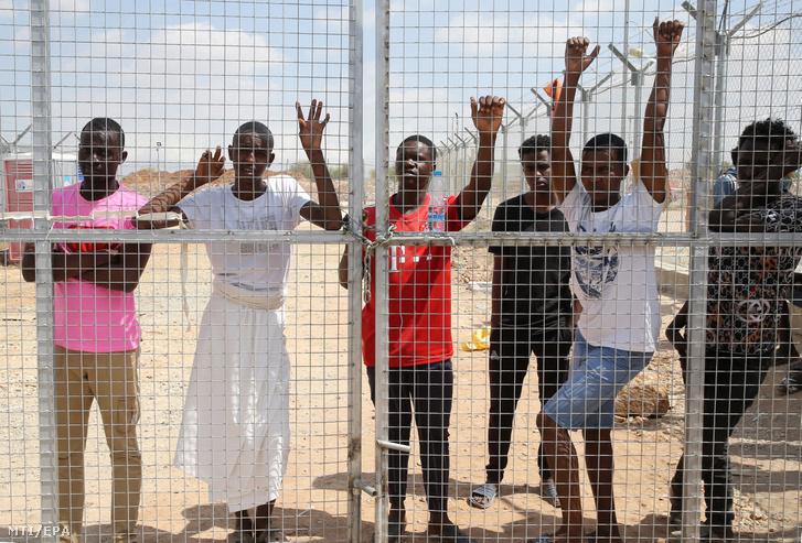 Illegális bevándorlók a ciprusi Kokkinotrimithia faluban lévő befogadótáborban 2020. június 23-án