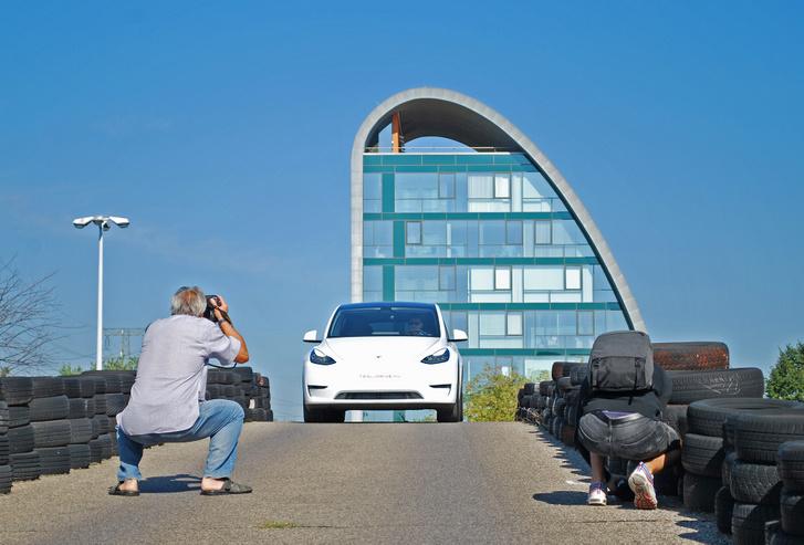 Model Y, háttérben az Autóklub 2011.11.11 11:11-ben átadott épülete