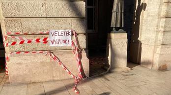 Szalagokkal nyilvánítottak szolidaritást az SZFE mellett az ELTE jogi karánál