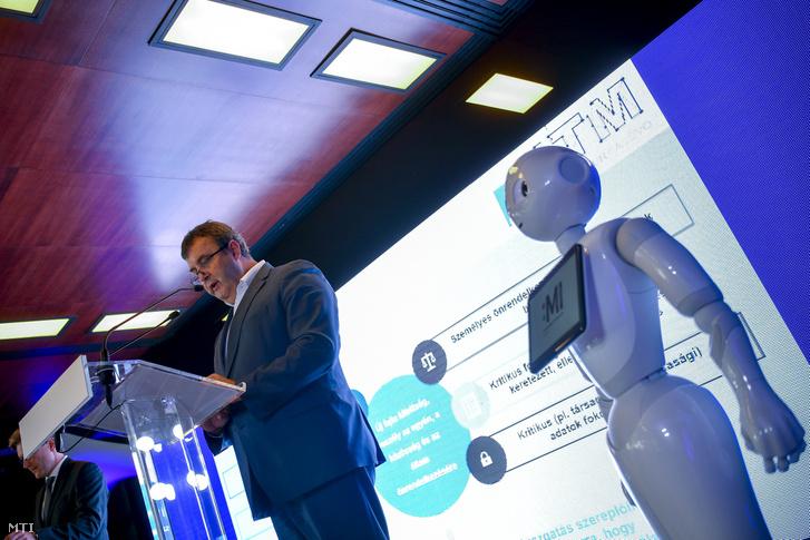 Palkovics László innovációs és technológiai miniszter beszédet mond a Magyarország 2030-ig tartó idõszakára szóló Mesterséges Intelligencia (MI) Stratégiája ismertetésén a Debreceni Egyetem Élettudományi Központjában 2020. szeptember 8-án.