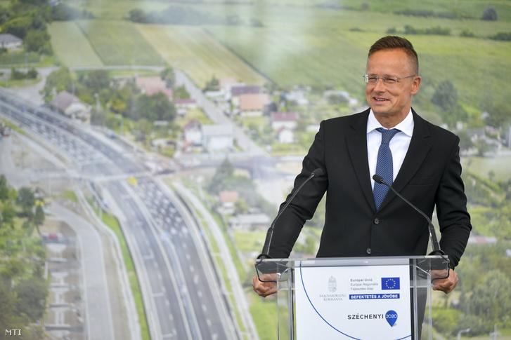 Szijjártó Péter külgazdasági és külügyminiszter beszédet mond a 471. számú fõút Debrecen-Hajdúsámson közötti négysávosított szakaszának átadásán 2020. augusztus 25-én.