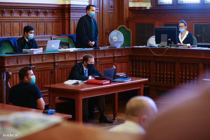 Ügyvéd beszél a tárgyaláson