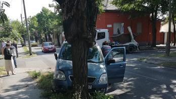 Fának ütközött egy autó a XIX. kerületben