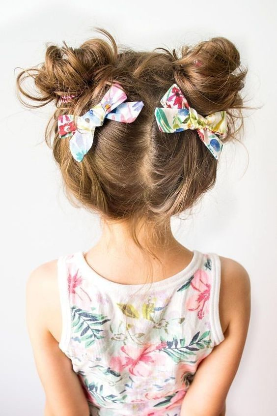 Válaszd el a gyerek haját, majd két hajgumi segítségével lazán fogd össze lófarokba mindkét oldalon. Tekerd a tincseket egymás köré, és rögzítsd csattal. A frizurát díszes masnival is feldobhatod.