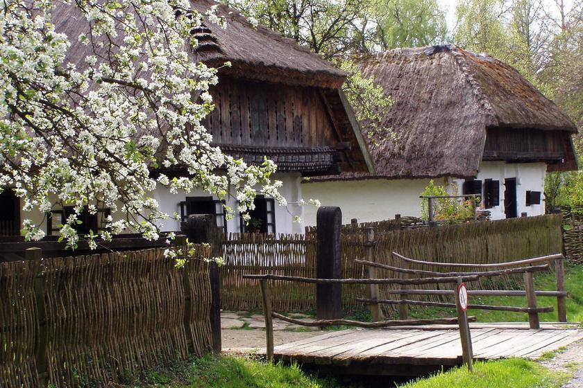 A város egyik legismertebb látványossága a Göcseji Falumúzeum, ami az ország első szabadtéri skanzene volt. A 19. századi, zalai paraszti világot mutatja be, hogyan éltek, mit csináltak, miket használtak abban az időben a vidéki emberek.