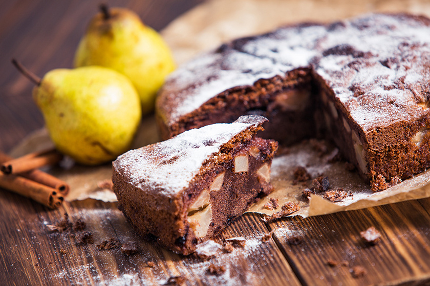 Egyszerű, kevert kakaós sütemény: lédús körte és fahéj teszi felejthetetlenné
