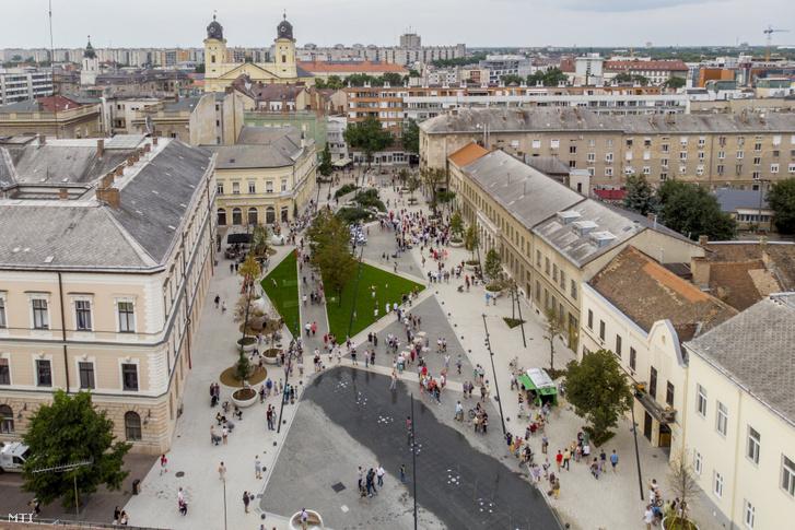 A Dósa nádor tér sétálóövezetté átépített része Debrecenben, 2020. augusztus 15-én.