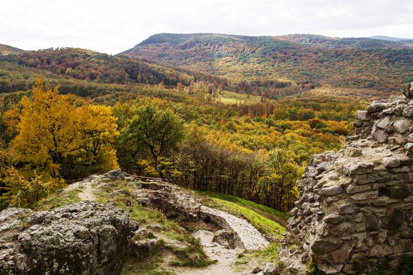 Magyarország egyik legszebb vasútvonala: a Börzsöny gyönyörű tájait és Drégely várát is megnézheted