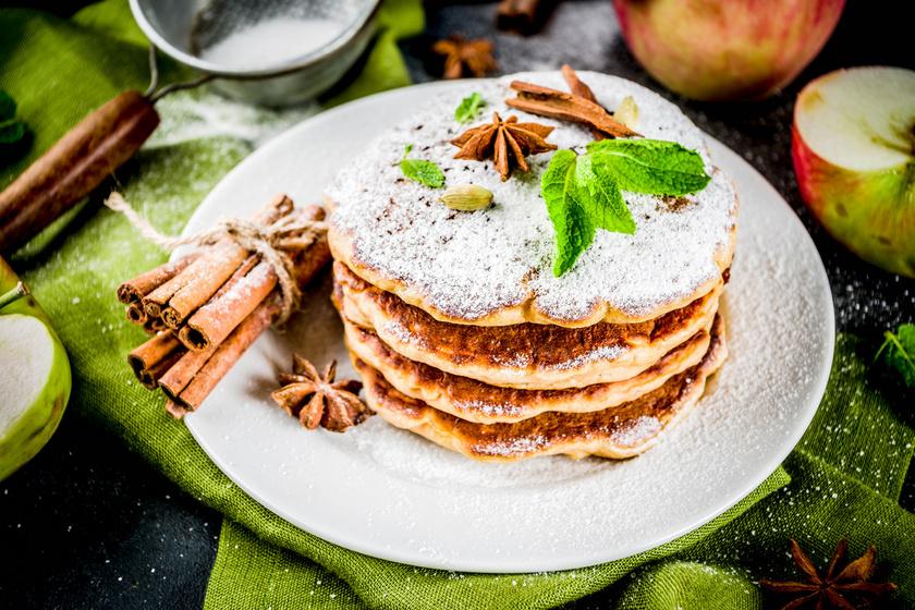 A palacsinta örök kedvenc, amit ősszel érdemes reszelt almával is gazdagítani. Fantasztikusan lágy, laktató, és fél óra alatt elkészítheted. A fahéj kihagyhatatlan belőle, így már sütés közben is isteni illat lengi be a lakást.