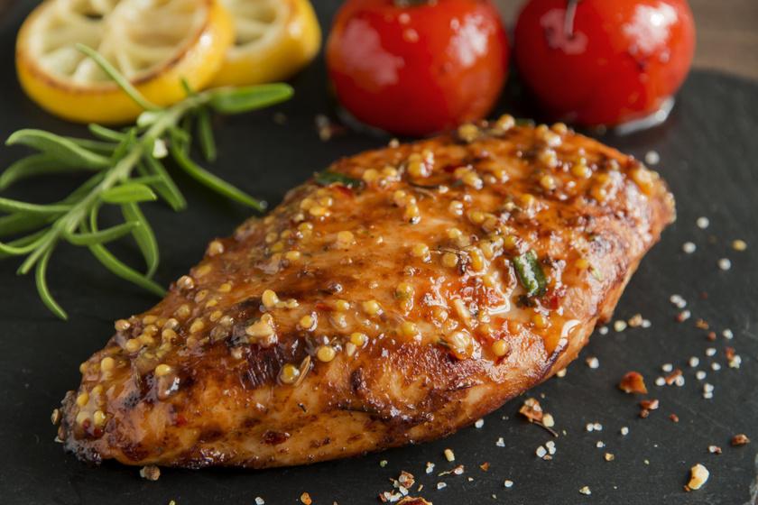 Puha, szaftos csirkemell mézes-mustáros pácban: abbahagyhatatlanul finom