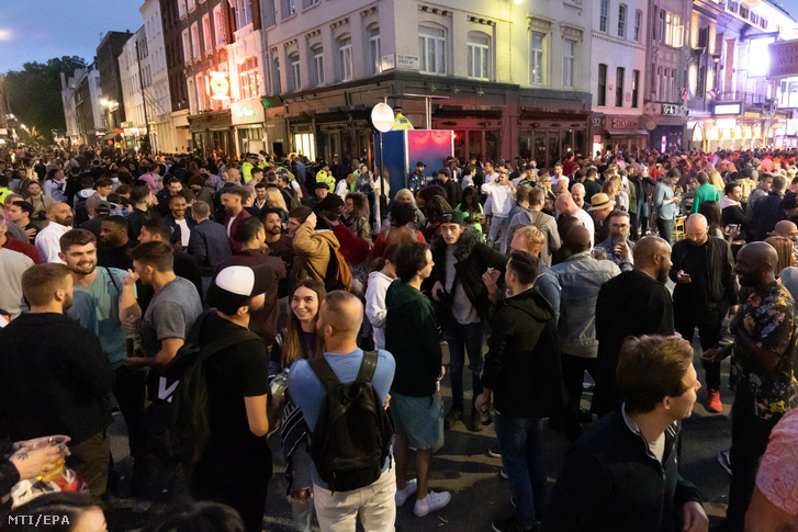 Vendégekkel teli utca a brit főváros Soho nevű negyedében 2020. július 4-én