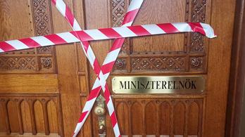 Piros-fehér szalagot kötöttek Orbán Viktor parlamenti dolgozószobájára