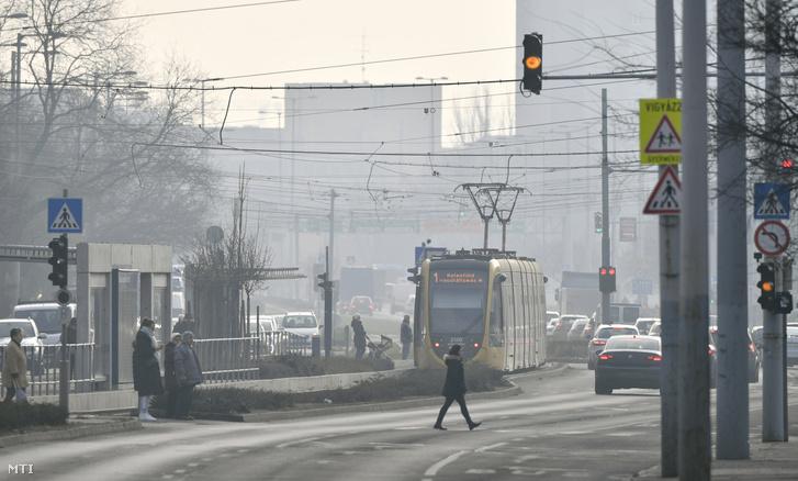 Járművek haladnak az óbudai Vörösvári úton 2020. január 10-én. Elrendelte a szmogriadó tájékoztatási fokozatát Budapesten Karácsony Gergely főpolgármester, miután a szálló por légszennyezettségi szintje január 8-án és 9-én is három mérőponton meghaladta a tájékoztatási küszöbértéket.