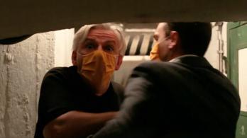 Alföldi Róbert videóban neveti ki a kormánypárti sajtót