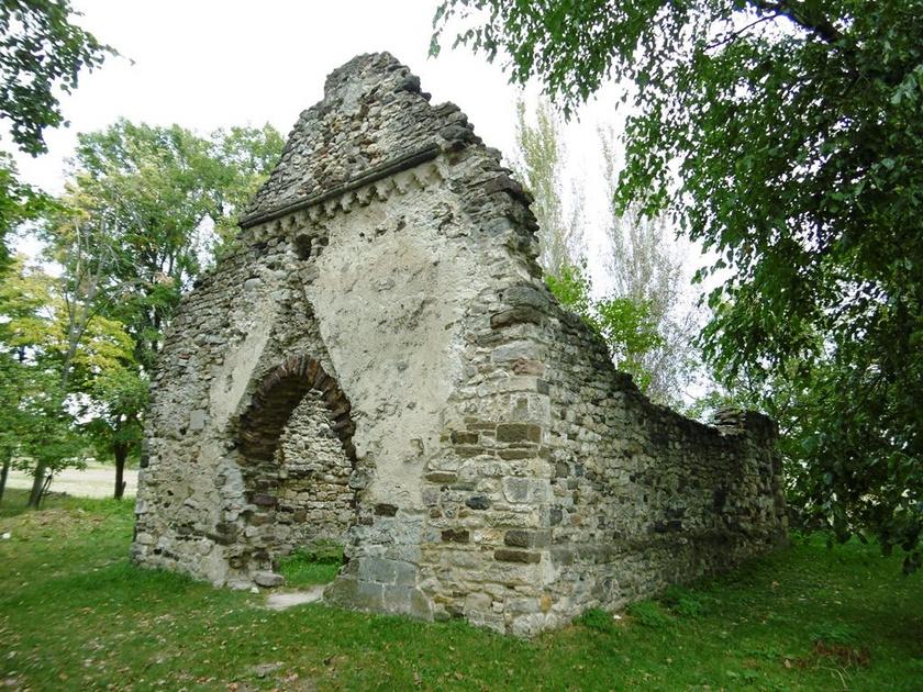 Aszófő nevezetessége a kövesdi templomrom, amely román stílusban épült egy római kori építmény maradványaira. A templomot a török hódítások majdnem elpusztították, romjai viszont ma is megtekinthetők: a vasútállomástól a Balaton és a nádas irányába indulva pár perc sétával érhető el.
