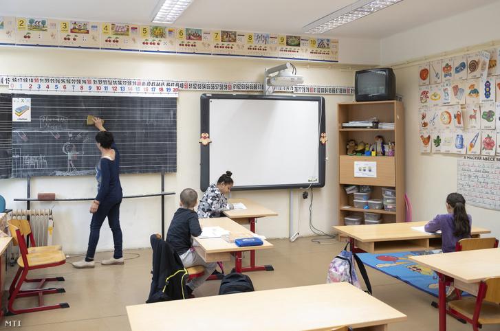 Diákok a felzárkóztató órán a Nyíregyházi Arany János Gimnázium Általános Iskola és Kollégium tantermében 2020. június 2-án.