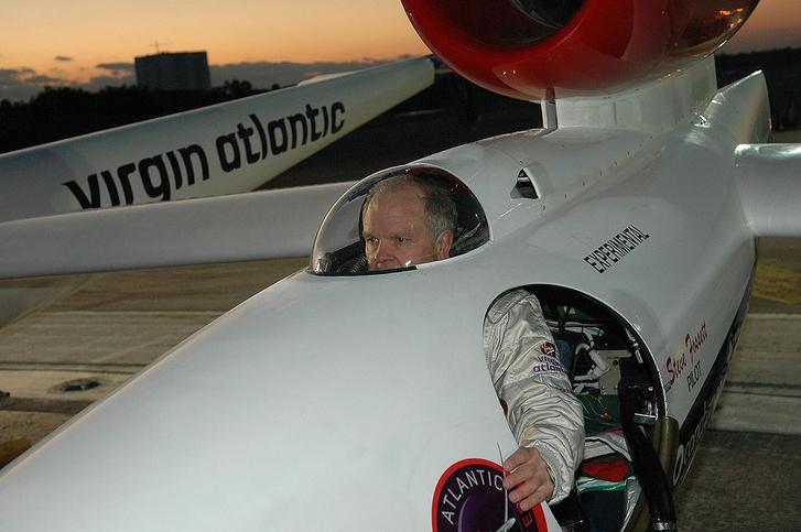 Steve Fossett a NASA Kennedy Űrközpont Shuttle Landing Facility bevű leszállóhelyén, a Virgin Atlantic GlobalFlyer pilótafülkéjében.