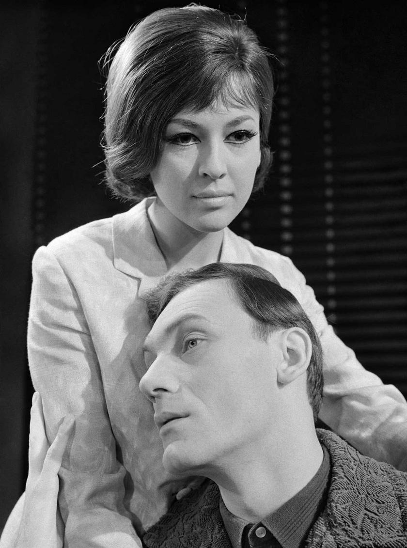 Tímár Éva (Soltész Tamás felesége, Éva) és Gelley Kornél (Soltész Tamás mérnök) 1965 februárjában Az idegen című dráma próbáján a Nemzeti Színházban.