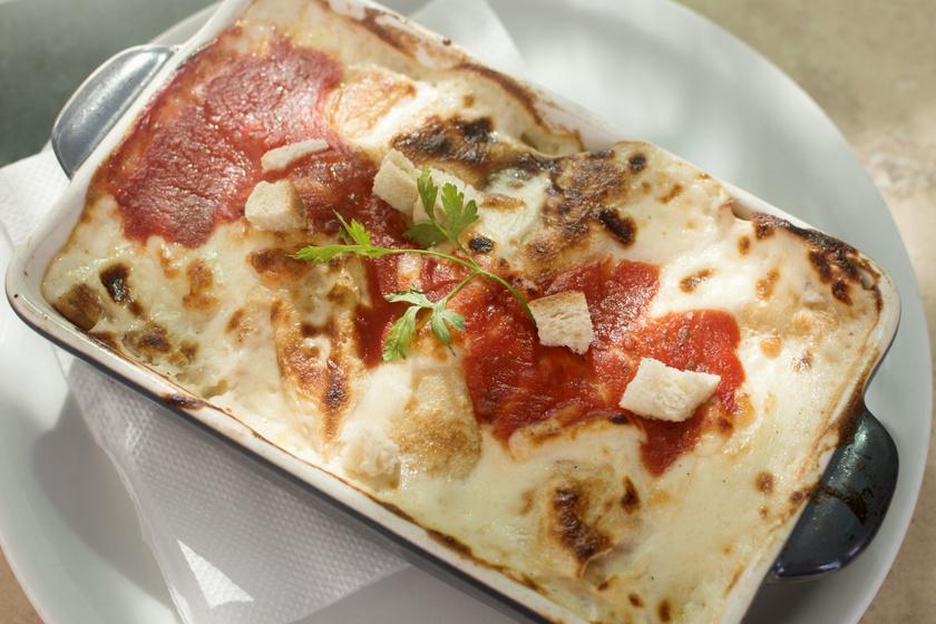 Húsos, sajtos palacsinta-lasagne: tepsibe rétegezve egyszerűen mennyei