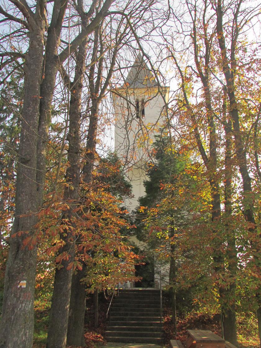 Hegyhátszentjakabon található a Szent Jakab apostol tiszteletére szentelt római katolikus templom, amely a XIII. század közepén épülhetett. Az eredetileg román stílusú templomot az idők folyamán többször átalakították. A község határában helyezkedik el a Vadása-tó, amit szintén érdemes megtekinteni.